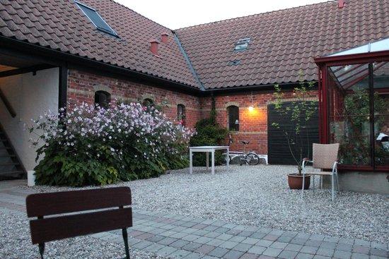 Blasingsborgs Gardshotell: Innergården men inglasad veranda