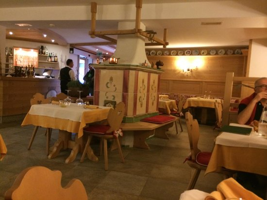 Hotel Chalet del Sogno: Dining room with ceramic stove