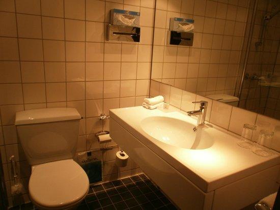 Scandic Helsfyr: Baño