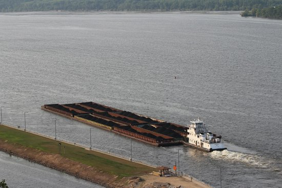 Eagle Point Park: Tug boat & barges from Eagle Point