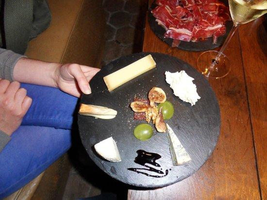 Maison du Colombier: Assiette de fromages intacte...