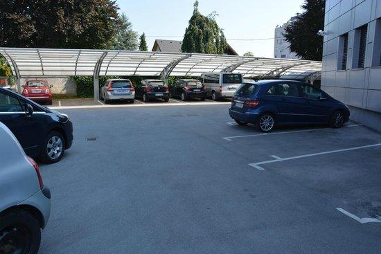 Birokrat Hotel: Le parking privé