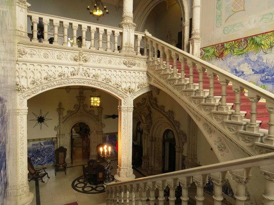 Bussaco Palace Hotel: Main staircase - our room was the next floor up