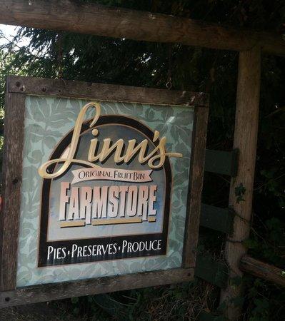 Linn's Fruit Bin Farmstore: arriving at the farmhouse