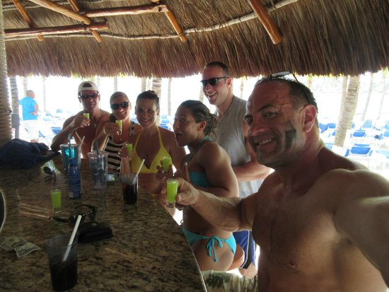 Occidental Costa Cancun : Beach Bar during the day