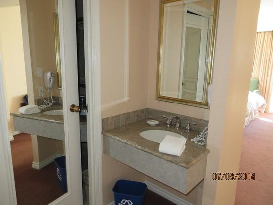 Hotel Grand Pacific: area outside bathroom for 2nd person to get ready in