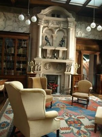 Broughton House & Garden: Edward Hornel's living room with resin frieze
