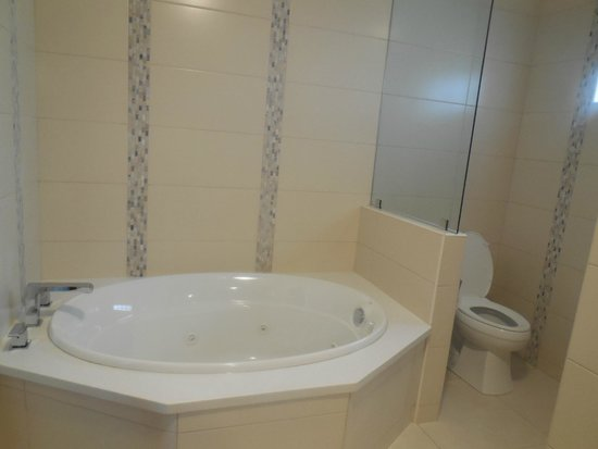 Crews Inn Hotel & Yachting Centre: jacuzzi