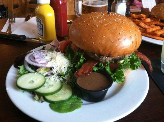 The Cambria Pub and Steakhouse: Burger