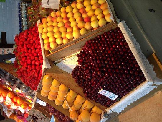 Mercado San Miguel: Beautifully displayed fruit