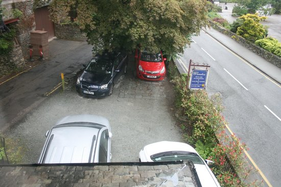 Wanslea Guesthouse: The car park - not the ideal arrangement for the cars