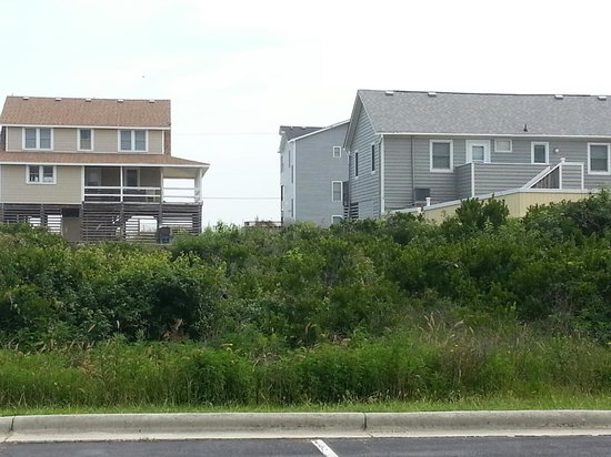 Baymont Inn & Suites Kitty Hawk Outer Banks: View behind hotel from middle