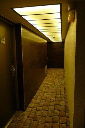 Hotel 7 Eiffel: hallway to room 405