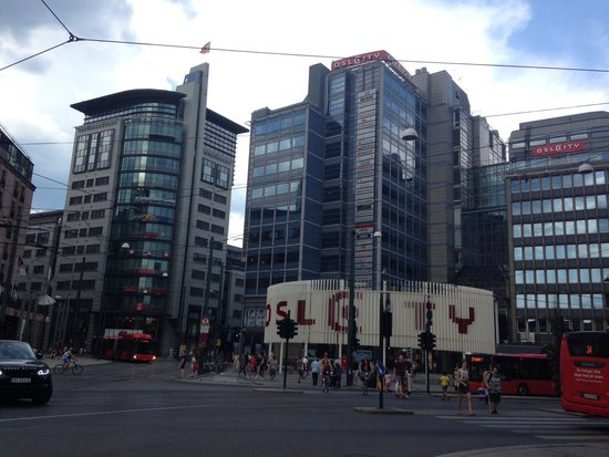 Karl Johans gate: Oslo city mall at the end of the street on the left
