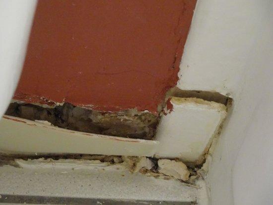 Days Inn Buena Park: Broken and molding tiles in the bathroom