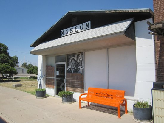 Wink, Техас: The museum with its orange bench