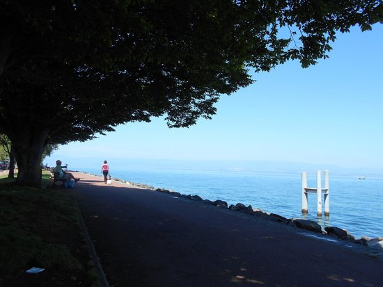 Places to sit and enjoy the view of Lac Leman.
