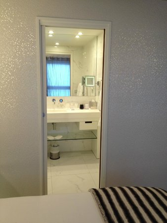 Hotel 7 Eiffel: shower/sink separate from toilet