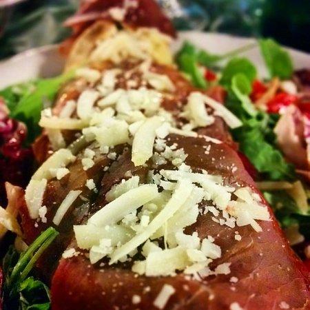 Al Girotondo: Pizza sfilatino ripiena di ricotta, spinaci e mozzarella con contorno di insalata mista, bresaol