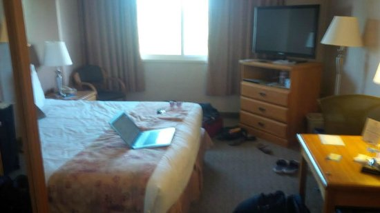 Days Inn - Victoria on the Harbour : General bedroom (forgive our stuff everywhere)