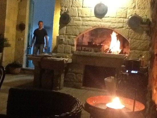 Salento Guesthouse B&B : Nel patio con forno a legna
