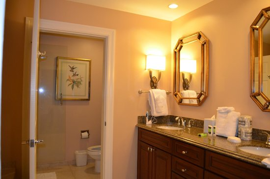Marriott's Manor Club at Ford's Colony: 2 Bedroom, 2 Bath Suite - Master Bedroom Bathroom