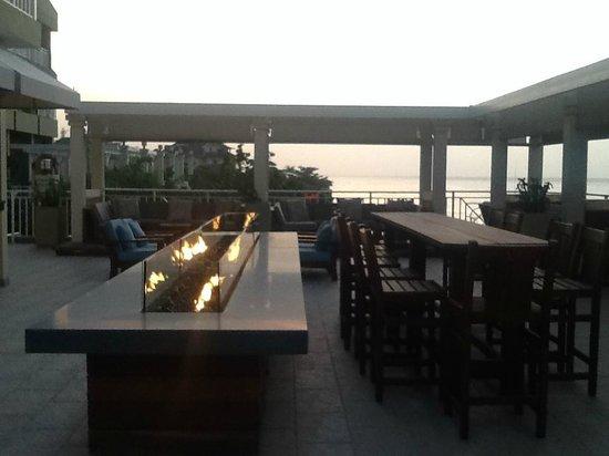 Sandals Ochi Beach Resort : Fit Pit Roof Top Bar at Sunset