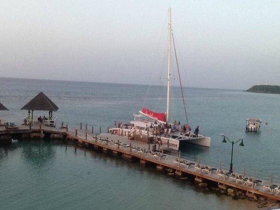 Sandals Ochi Beach Resort : Gazebo and Catamaran