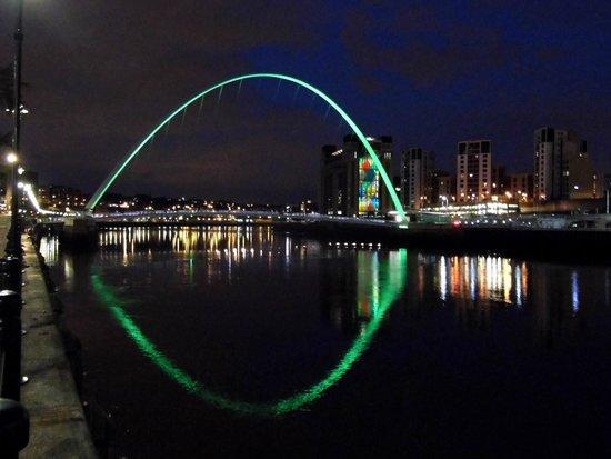 Gateshead Millenium Bridge : .