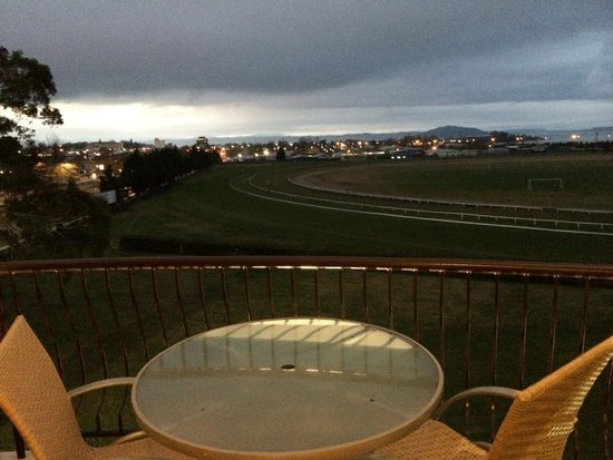 Rydges Rotorua: Worth every cent - evening view from balcony over race course