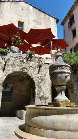 Hostellerie La Fontaine : Il ristorante,visto dal basso.