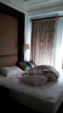 ottopera Hotel: cama bagunçada por mim, cortinas e janelas