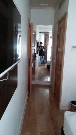 ottopera Hotel: grande espelho na entrada do quarto individual