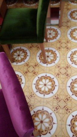 ottopera Hotel: azulejos e poltronas de veludo colorido no hall do hotel