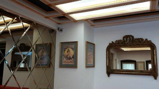 ottopera Hotel: espelhos e quadros no hall do hotel