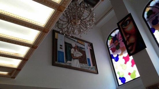 ottopera Hotel: pé direito alto, vitral e decoração no hall do hotel