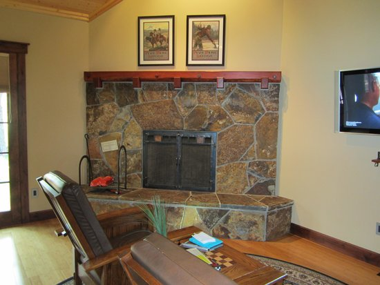 Five Pine Lodge & Spa: Large gas fireplace