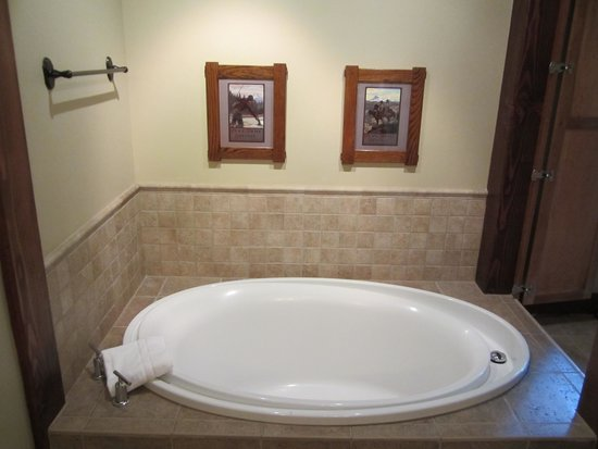 Five Pine Lodge & Spa: Jacuzzi tub.