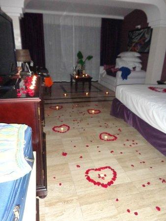 The Royal Suites Yucatan by Palladium: corazones de petalos de rosa al volver de cenar...un gran detalle de Aurora!!