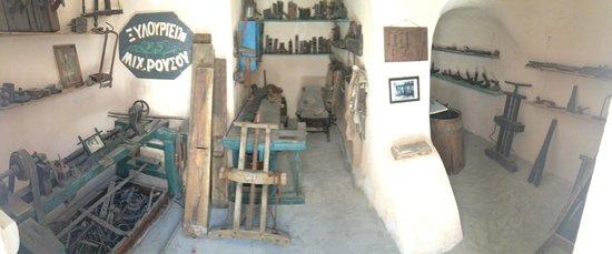 Lignos Folklore Museum: Stanzino con attrezzi da lavoro