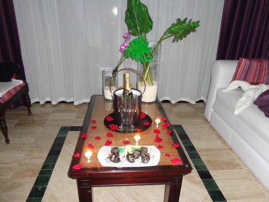 The Royal Suites Yucatan by Palladium: fresas con chocolate y champan....una sorpresa
