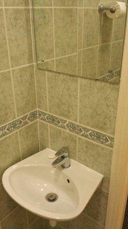 Her Majesty Hotel: Single bathroom.