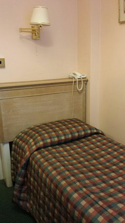 Her Majesty Hotel : Single bed.