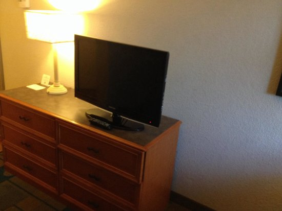 La Quinta Inn & Suites Colorado Springs South AP: TV and dresser