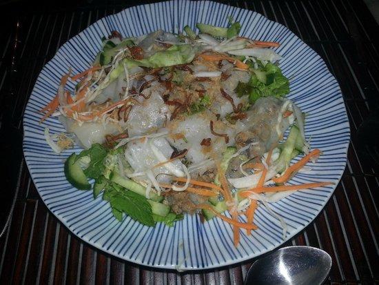 Coco Viet : Entrée : rouleaux de pâte de riz au porc, légumes croquants oigons frits