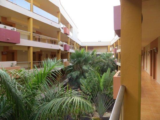 Hotel Elba Carlota : Corte interna dell'hotel vista dall'ascensore