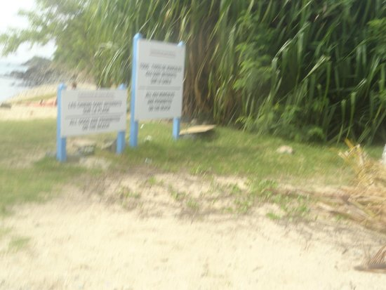 Happy Bay Beach : about behind these signs on Friar' bay beach you sill see the trail to Happy Beach
