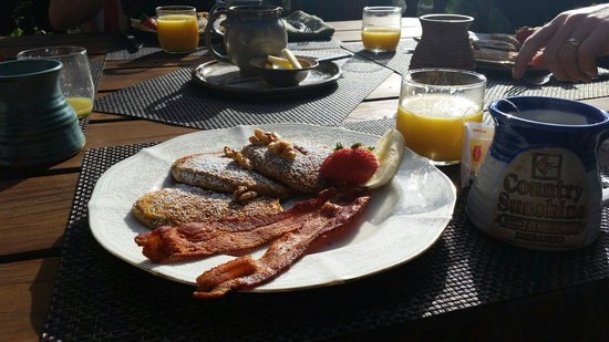 Country Sunshine Bed and Breakfast : Beautifully presented breakfast on the verandah