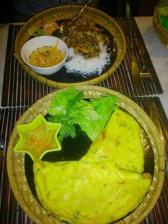 Coco Viet : Plat : Crêpes croustillantes garnies au porc, crevettes, soja... et sa sauce