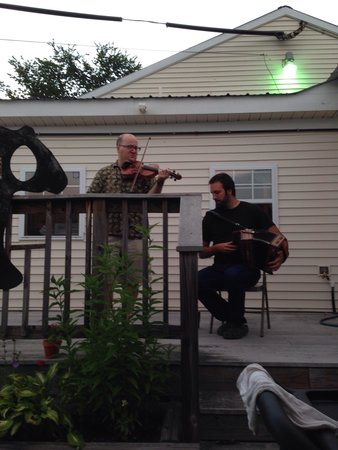 Black Bear Cafe: Guiness, summer night and great music!